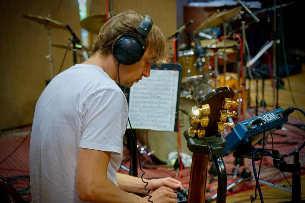 Mann mit Kopfhörer in Studio