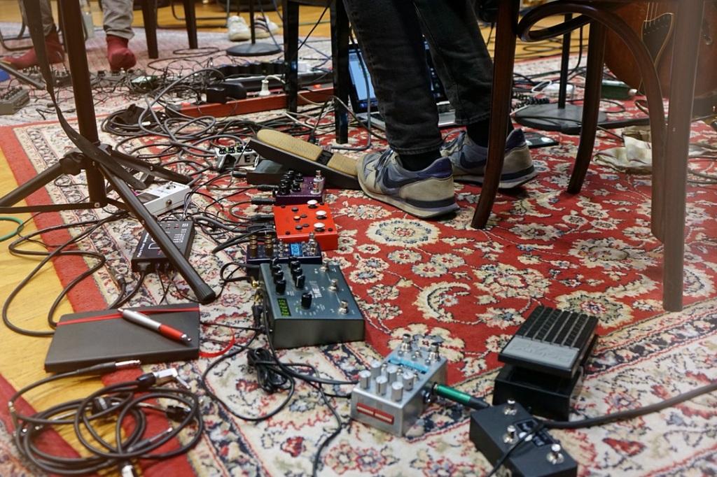 Effektgeräte und Kabel auf dem Boden