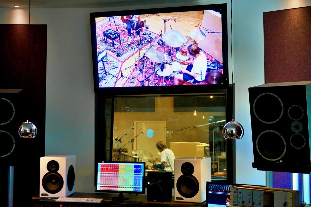 Bildschirm zeigt Schlagzeuger im Studio