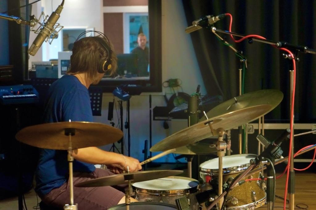 Schlagzeug und Musiker in Studio
